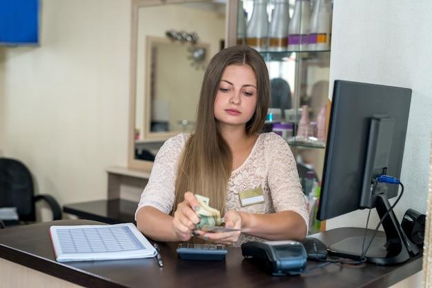 L'amministratore del salone di bellezza traduce dollari.