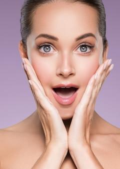 Bellezza pelle donna viso pelle cosmetica naturale trucco felice modello emozionale viso manicure unghie mano