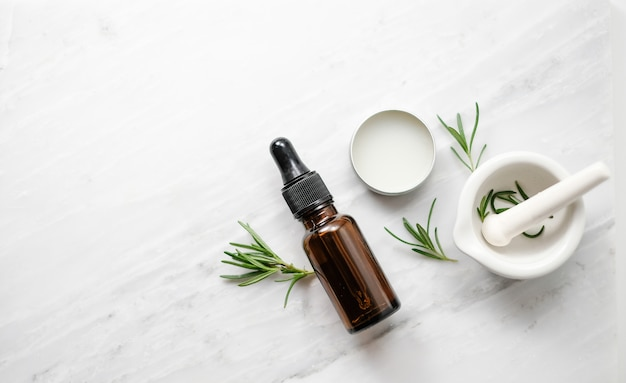 Beauty spa prodotto per la cura della pelle con rosmarino e olio essenziale naturale.