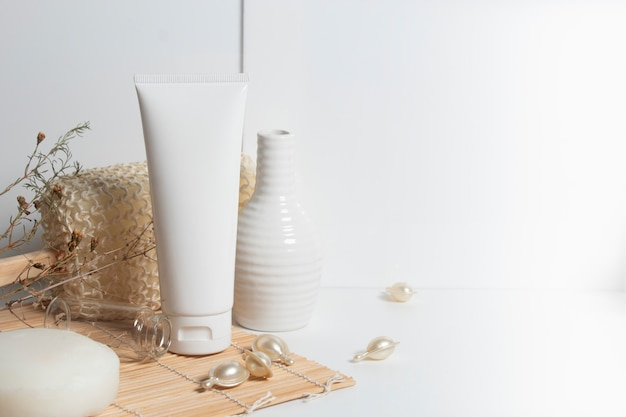 Prodotto d'imballaggio della bottiglia di olio di siero della crema cosmetica della cura della pelle e del trattamento cosmetico di bellezza su bianco