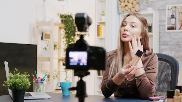 Vlogger di bellezza che registra un vlog sui prodotti per la pelle. famoso influencer. cosmetici professionali.