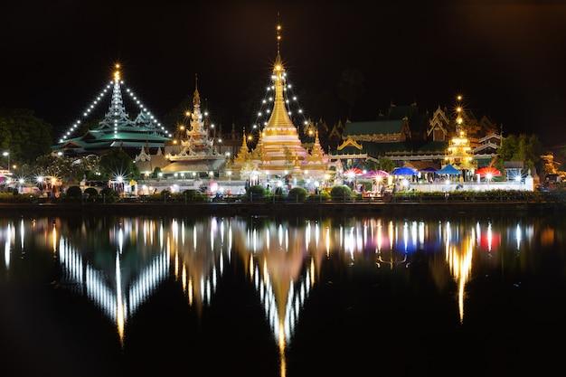 La bellezza dei templi di wat chong klang e wat chong kham a mae hong son la notte, thaila