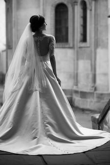 Sposa di bellezza donna in abito da sposa bianco incredibile e tramonto in città