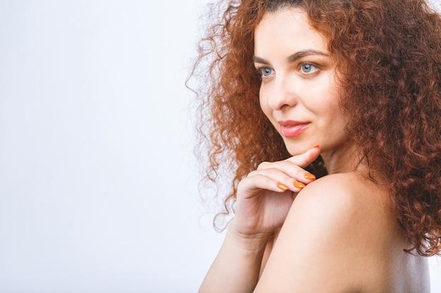 Ritratto del fronte della donna di bellezza bella stazione termale con pelle pulita fresca perfetta