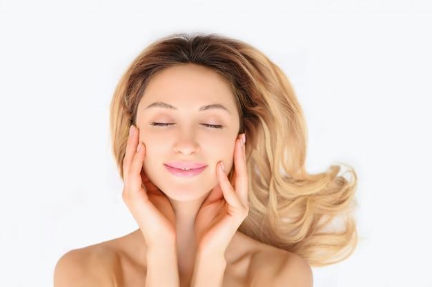 Concetto sano del cosmetico di cura di pelle della donna di bellezza. ritratto del volto femminile isolato.