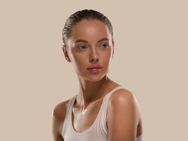 Bellezza donna pelle sana naturale trucco pelle fresca pulita concetto cosmetico colore sfondo marrone