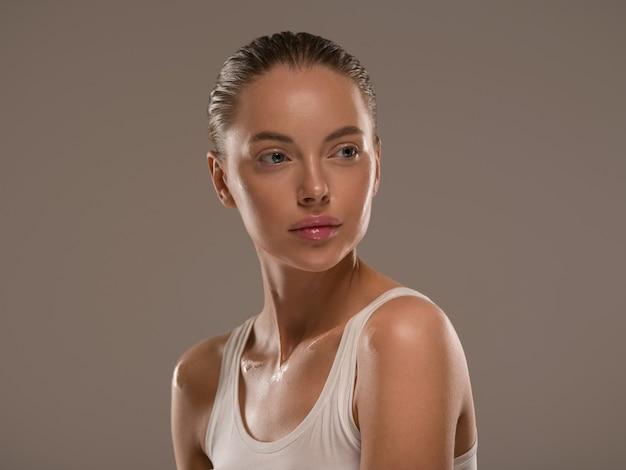 Bellezza donna pelle sana naturale trucco pelle fresca pulita concetto cosmetico sfondo colore