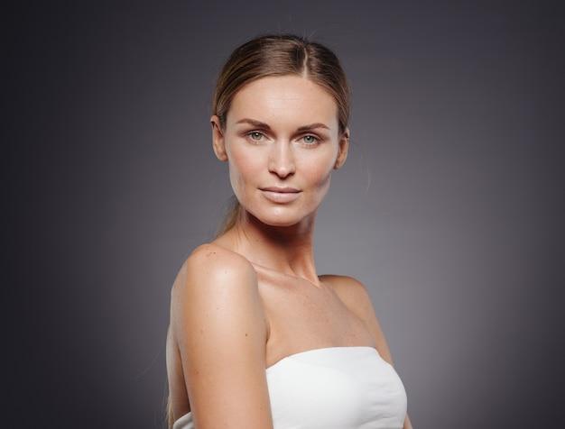Bellezza donna pelle sana trucco naturale viso primi piani. visualizzazione verticale.