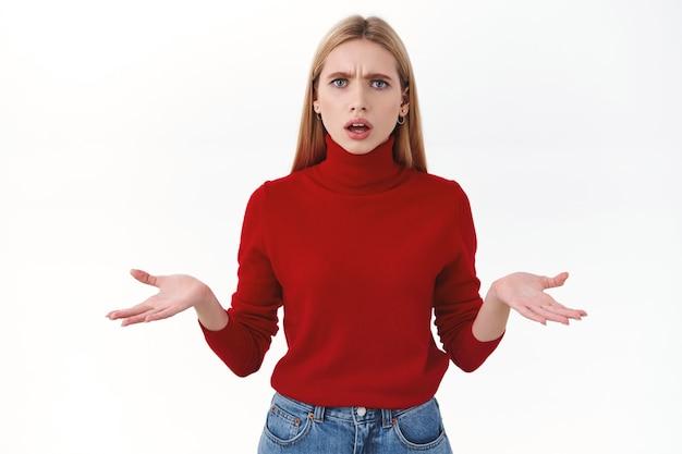 Bellezza, donne e concetto di moda. la giovane donna bionda confusa preoccupata non riesce a capire cosa sta succedendo