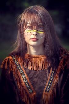 La giovane ragazza asiatica di bellezza con compone come pocahontas, donna del nativo americano