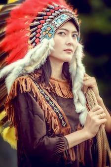 Giovani ragazze asiatiche di bellezza con la donna del nativo americano