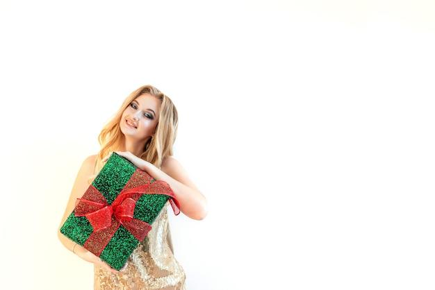 Una giovane ragazza di bellezza con un regalo di natale