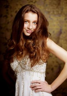Bella giovane donna con lunghi capelli ricci