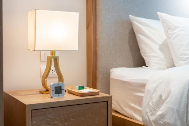 Lampada da comodino nella camera da letto