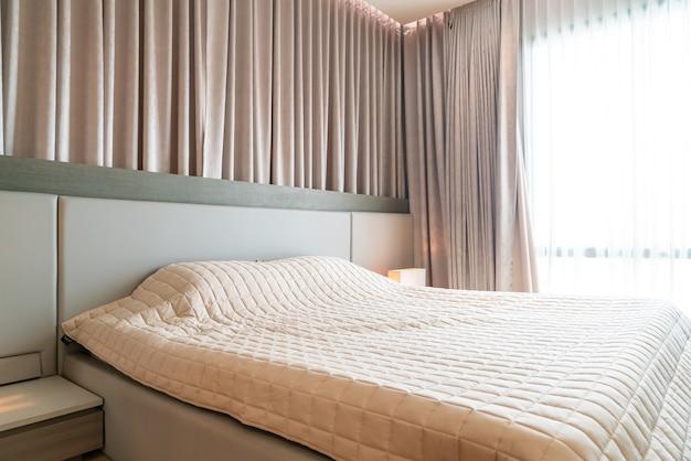 Letto con decorazione copriletto in camera da letto