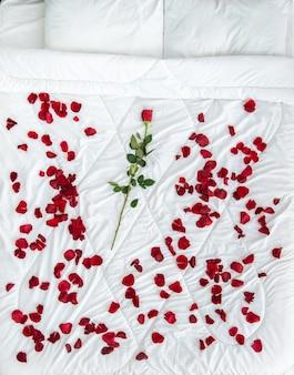 Il letto con petali di rosa. vista dall'alto