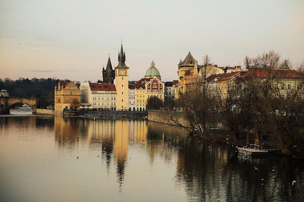 Museo bedrich smetana, acqua della città vecchia e torri del ponte sulla riva della moldava.
