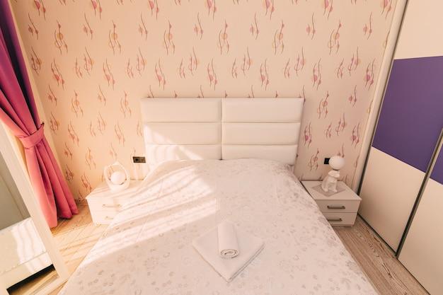 La camera da letto dell'appartamento. letto, armadio, comodini nella camera da letto dell'appartamento.