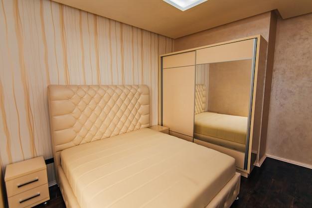 La cameretta dell'appartamento letto armadio comodini