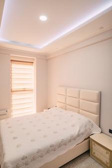 La cameretta dell'appartamento letto armadio comodini Foto Premium