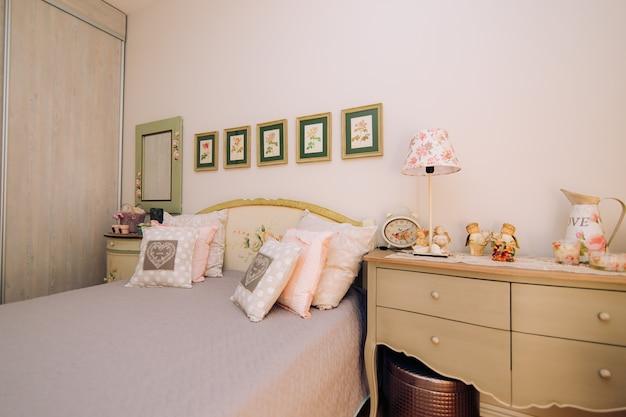 La camera da letto dell'appartamento con tanti cuscini
