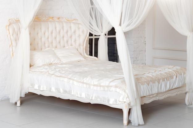 Camera da letto in tenui colori chiari