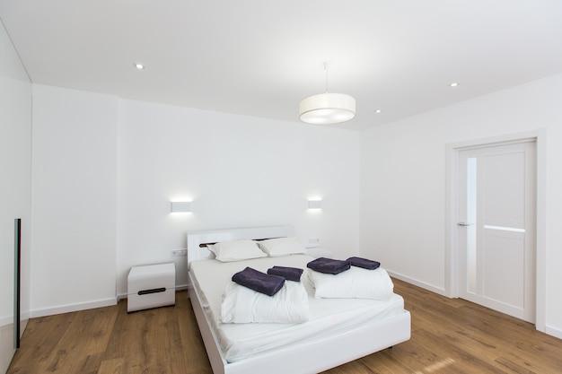 Camera da letto con un grande letto bianco