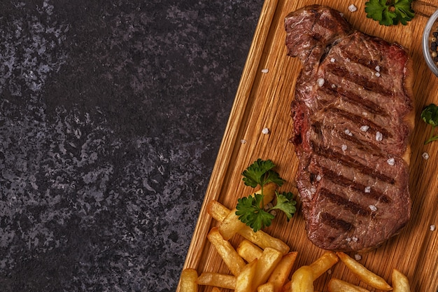 Bistecca di manzo barbecue con patatine fritte