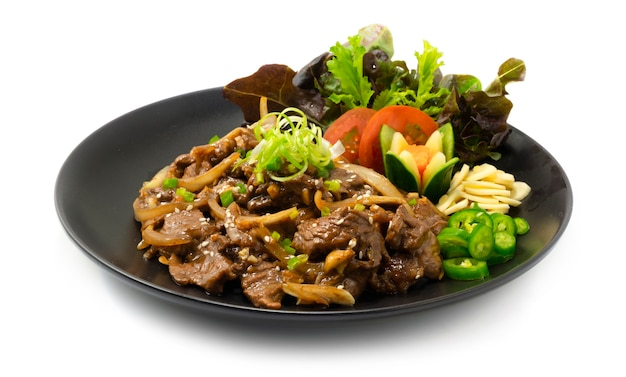 Manzo bbq bulgogi cucina coreana saltata in padella stile servito peperoncino e aglio decorare verdure sideview