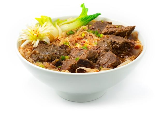 Zuppa di spaghetti brasati con manzo decorazione in stile taiwanese con veduta laterale di verdure