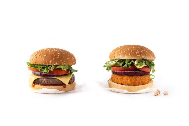 Hamburger di manzo e hamburger di ceci isolato
