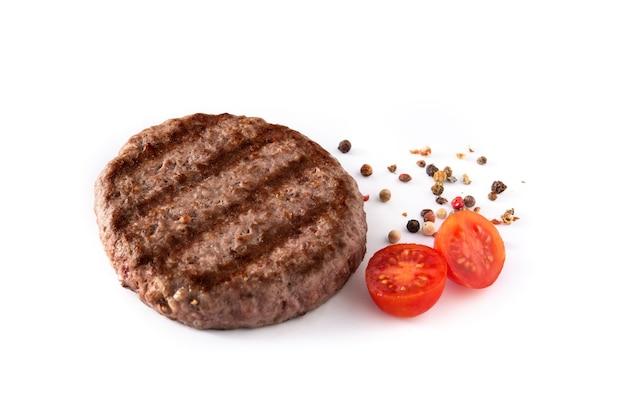 Hamburger di manzo, pomodoro e peperoni isolati