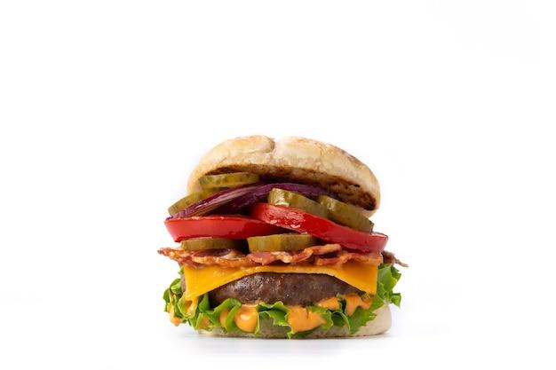Hamburger di manzo con formaggio, pancetta e patatine fritte isolati su sfondo bianco