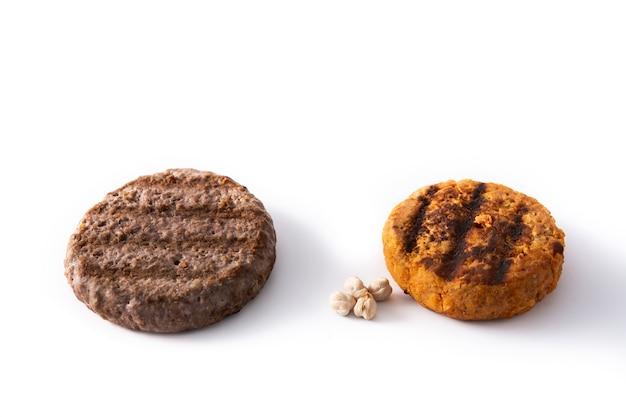 Hamburger di manzo e ceci isolato