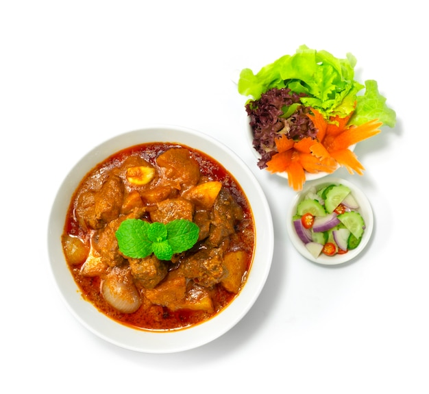 Manzo al curry massaman asian food style servito ar jad (cetriolo, cipolla, peperoncino in aceto) decorare verdura topview