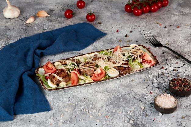 Insalata di manzo e verdure fresche