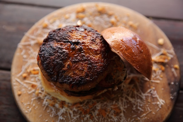 Hamburger di manzo su fondo di legno