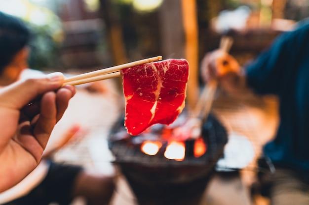 Fette di manzo grigliate sul fornello a carbone a casa.