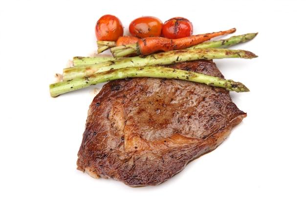 Bistecca di manzo nel fondo bianco