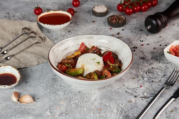 Manzo con riso e verdure grigliate su un piatto