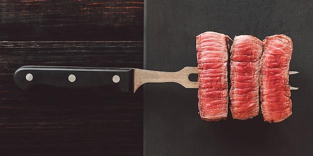 Bistecca di manzo sul tagliere