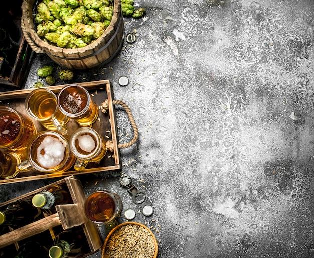Sfondo di birra. birra fresca con ingredienti sul tavolo rustico.