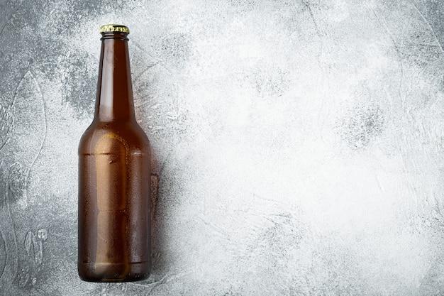 Bottiglia di birra sulla pietra grigia