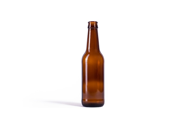 Bottiglia di birra isolato su sfondo bianco