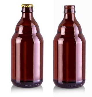 Bottiglia di birra con coperchio in metallo dorato isolato su bianco