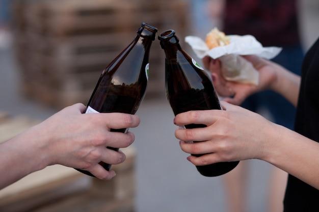 Bottiglie di birra alzate per un brindisi
