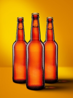 Bottiglie di birra con collo lungo su colore giallo