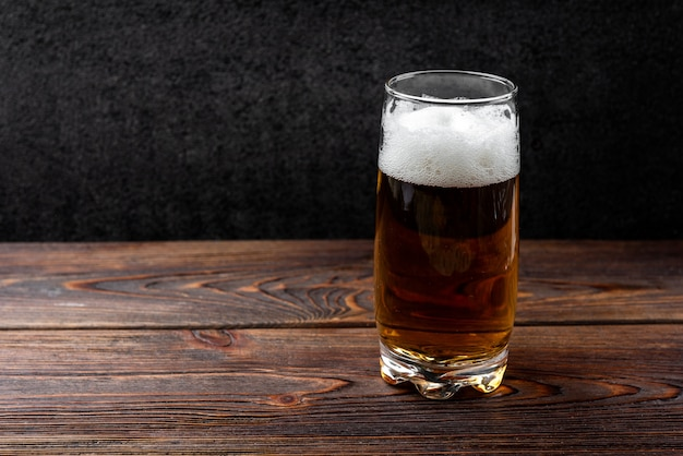 Birra su fondo di legno scuro.