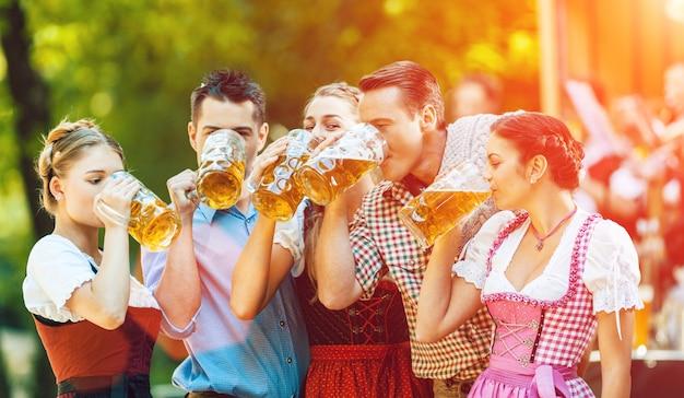 Nel giardino della birra - amici davanti alla band