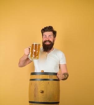 Birra in germania concetto di fabbrica di birra uomo barbuto che beve birra artigianale festival oktoberfest ale a